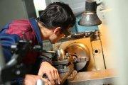 Рабочий у токарного станка